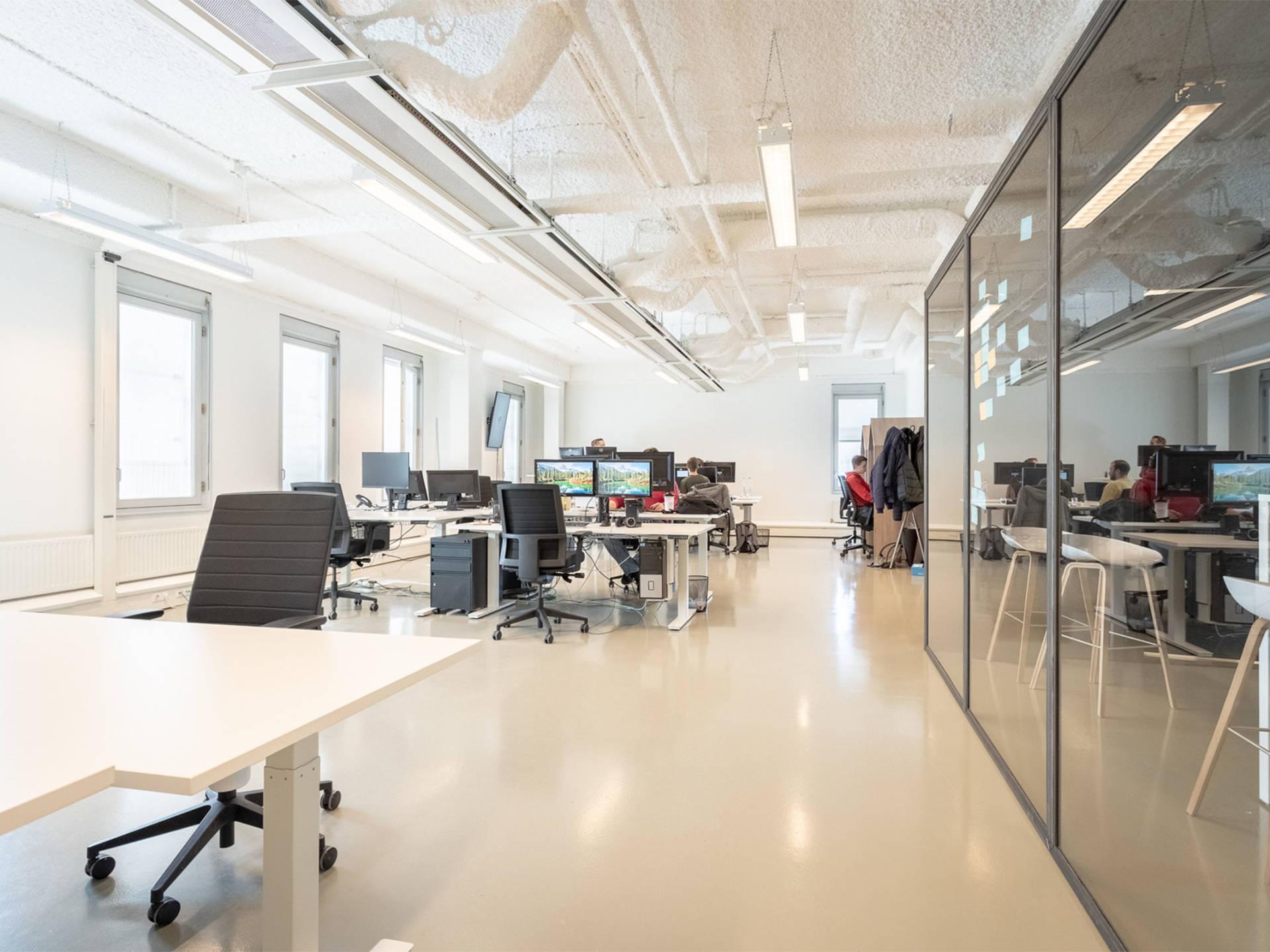 De open kantoorinrichting bij The Webmen bestaat uit elektrische zit-sta bureaus, bijpassende bureaustoelen en phonebooths.
