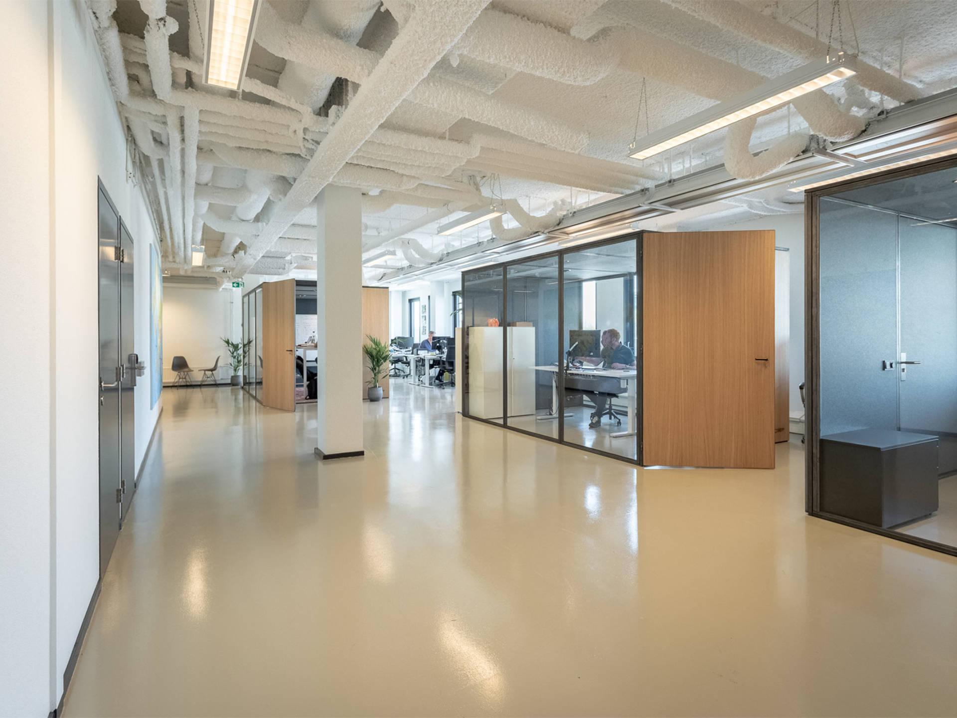 Er zijn diverse meetingboxen in de kantoorinrichting geplaatst. Deze worden gebruikt als concentratie werkplekken.